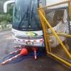 Este lunes 11 de julio 2016: Bus que hace el servicio entre Cóbano y San José colisiona con portón en Puerto Paquera