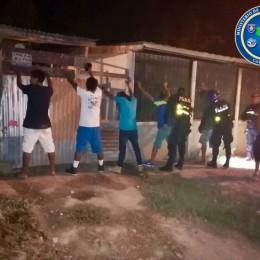 Fuerza Pública intervino gallera con más de 50 personas reunidas en La Mansión de Nicoya: Un detenido y 38 gallos decomisados
