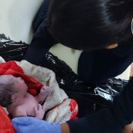 Escuela se convirtió en sala de parto: Ocho policías asisten a joven madre en nacimiento