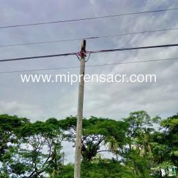 """Coopeguanacaste dice que interrupciones rápidas de los últimos días se dieron a raíz de que un poste telefónico """"rozaba"""" sus líneas de distribución eléctrica"""