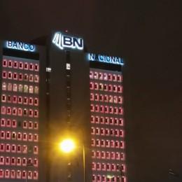 Edificio principal iluminado durante octubre: Banco Nacional se viste de rosa y promueve la prevención por la salud femenina
