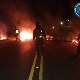 16 oficiales heridos durante actos vandálicos anoche: Intentaron arrollar a varios con un backhoe en Guácimo de Limón