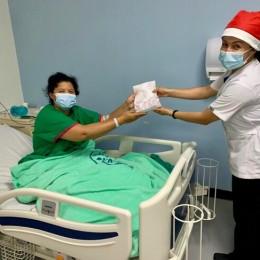 Enfermera de salud mental se puso gorrito de navidad y repartió regalos en el hospital Monseñor Sanabria de Puntarenas
